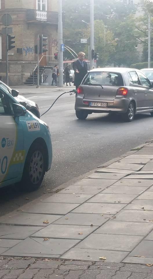 Vairuotojas su nuplėšta kuro žarna