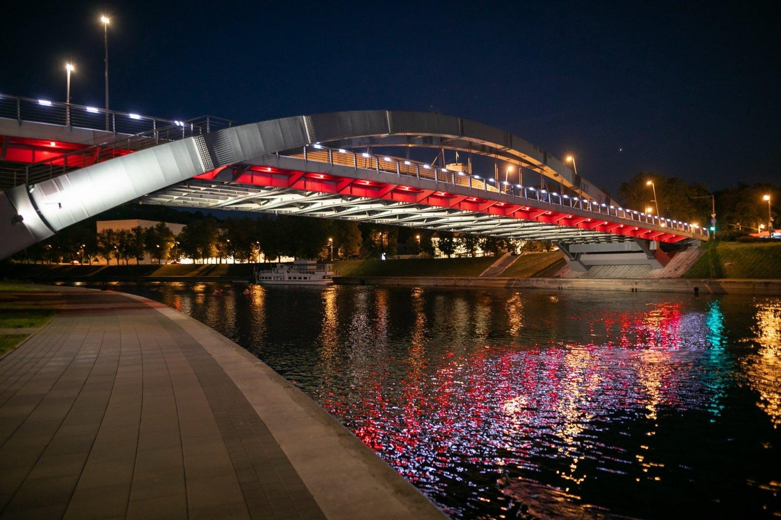В знак поддержки Вильнюс подсветил четыре моста цветами национального флага Беларуси